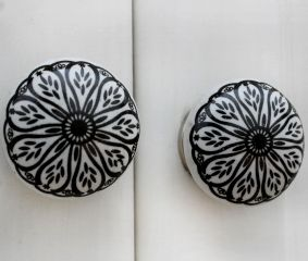 Black Daisy Flat Knob